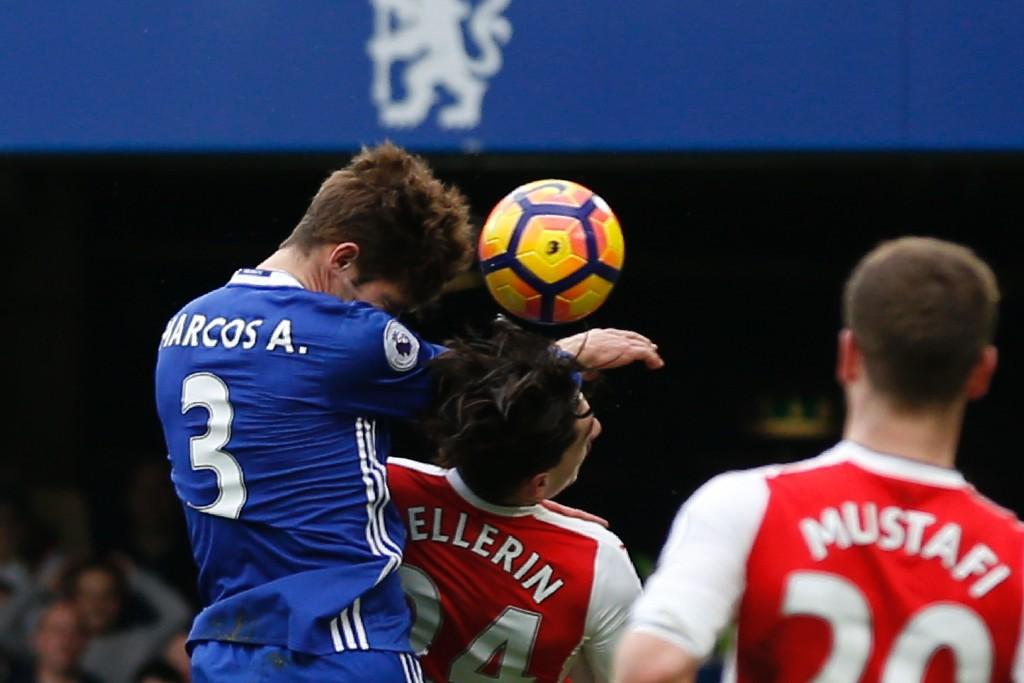 Marcos Alonso percute Hector Bellerin pendant Chelsea - Arsenal (3-1), le 4 février 2017.